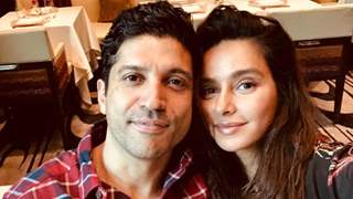 Did Farhan Akhtar apologises to GF Shibani at an award show? Find out