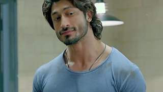 Vidyut Jammwal who was accused of smashing a bottle on a Juhu resident's head has been given a clean chit from the assault case!