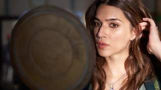 Kriti Sanon pens an emotional note, shares adorable pics on completing seven years