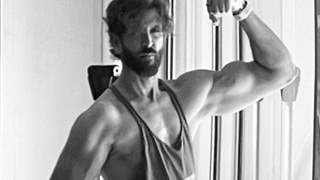 Hrithik Roshan flaunts his biceps , netizens praise saying he looks like 25 at the age of 47