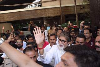 Amitabh Bachchan meets his fans on the occasion of his birthday!