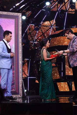 Kumar Sanu gifts Neha Kakkar a special Chunri on the sets of Indial Idol 11!