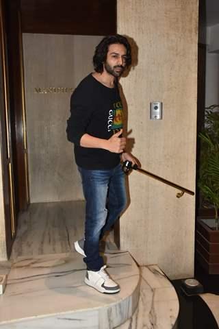 Kartik Aaryan snapped visiting Manish Malhotra's residence