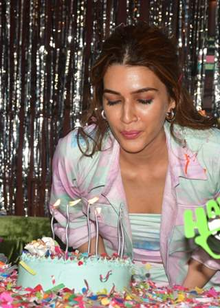 Kriti Sanon rings in her birthday by hosting a special screening of Mimi