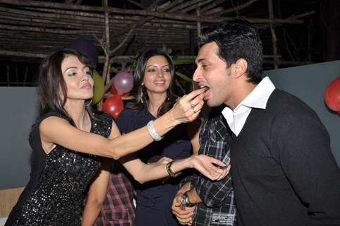 Parul Chaudhry feeds cake to Yash Pandit at party while Shama Sikander looks on