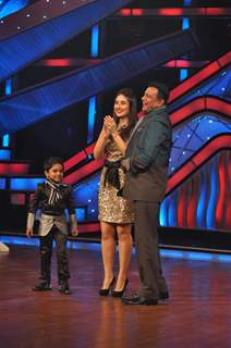 Kareena Kapoor and Mithun Chakraborty  promoting Heroine on The Sets of Dance India Dance