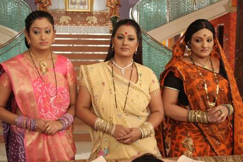 A still image of Manjula, Alpa and Parul in Hamari Devrani