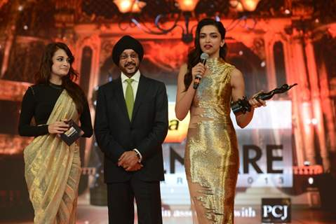 Dia Mirza gives Deepika the Best Actor Award Female for Goliyon Ki Raasleela RamLeela