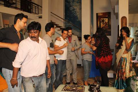 On shoot cake cutting of Main Na Bhoolungi's 100 episode celebration