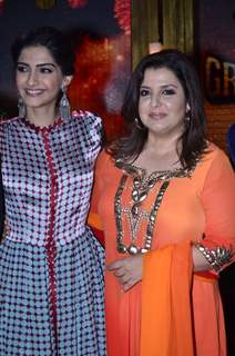 Sonam Kapoor poses with Farah Khan at the Promotion of Khoobsurat