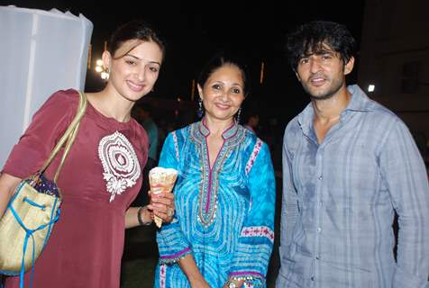Gauri Pradhan and Hiten Tejwani with Pinky Dalal at JBCN Carnival East Meets West