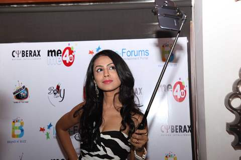 Manasi Parekh clicks a selfie at India-Forums 11th Anniversary Bash