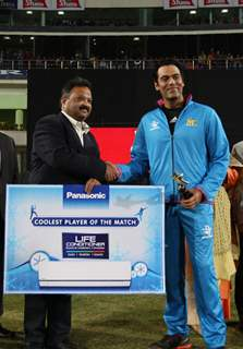 Samir Kochhar receives 'Coolest Player of the Match' during Mumbai Heroes Vs Kerala Strikers Match