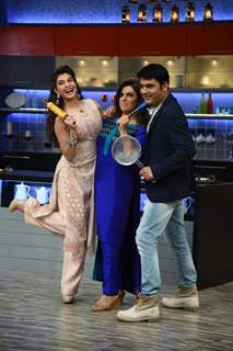 Jacqueline Fernandes, Farah Khan and Kapil Sharma pose for the media at Farah Ki Daawat