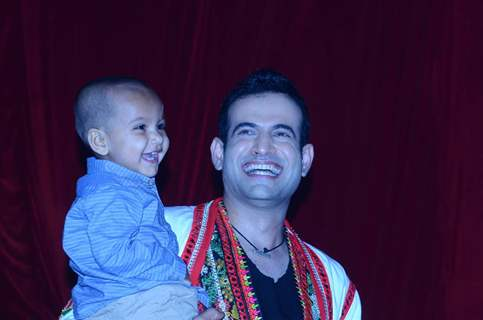 Irfan Pathan was snapped with a kid at the Promotions of Phantom on Jhalak Dikhla Jaa 8