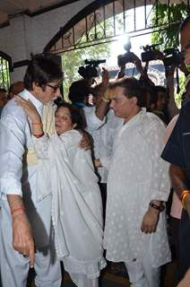Amitabh Bachchan consoles Aadesh Shrivastava's wife at the Funeral
