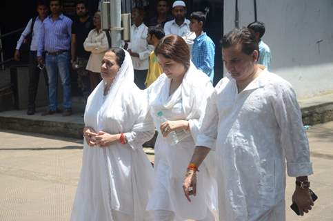 Aadesh Shrivastava's wife, Ayesha Jhulka and Lalit Pandit at the Funeral