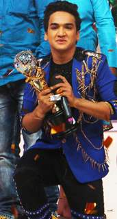 Faisal Khan with Jhalak Dikhhla Jaa Reloaded Winning Trophy