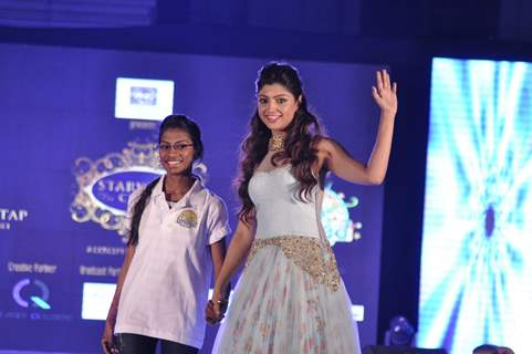 Akanksha Puri at Manali Jagtap's Fashion Show