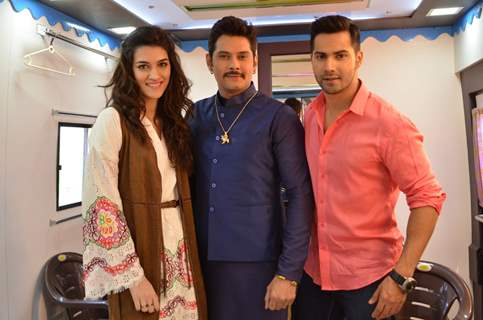 Varun Dhawan and Kriti Sanon Poses with Amar Upadhyay on sets of Saath Nibhana Saathiya