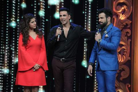 Akshay Kumar, Nimrat Kaur with Rithvik Dhanjani - Promotions of Airlift on India's Best Dramebaaz 2