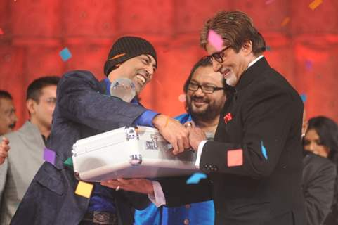 Big B gives prize money