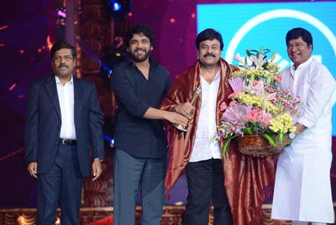 Akkineni Nagarjuna felicitates Chiranjeevi at 'Cinemaa Awards 2016'