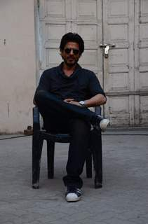 Shah Rukh Khan strikes 'Raees' pose at Mehboob Studio