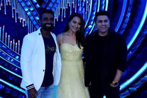 Remo D'souza, Sonakshi Sinha & Mohit Suri on the sets of Nach Baliye Season 8