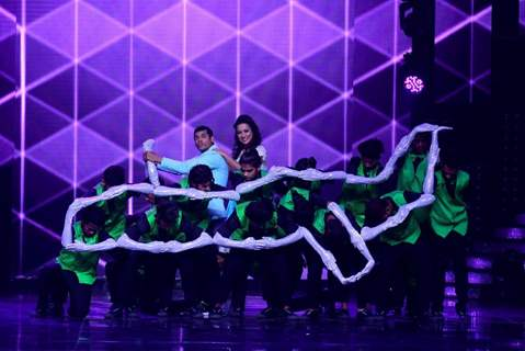 Siddarth & Trupti Jadhav perform with Question mark Crew on the sets of Nach Baliye 8