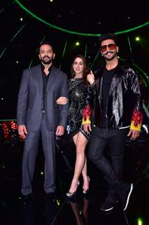 'Simmba' cast pose on the sets of Indian Idol