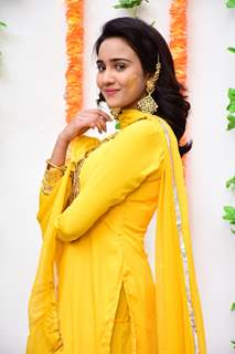 Naina's look for Haldi ceremony inspired by Madhuri Dixit in Hum Aapke Hai Kaun