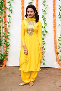 Naina at Madhuri Dixit same outfit from Hum Aapke Hai Kaun at her Haldi Ceremony