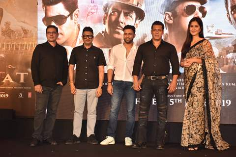 Atul Agnihotri, Bhushan Kumar, Ali Abbas Zafar, with Salman Khan and Katrina Kaif at Bharat song launch