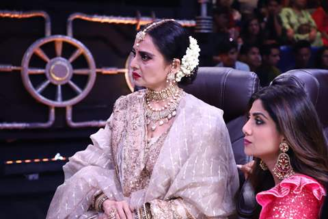 Rekha and Shilpa snapped in a candid moment!