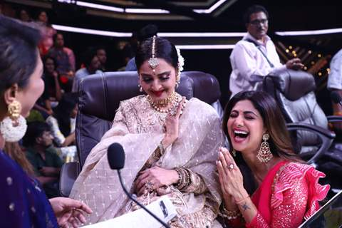Rekha and Shilpa Shetty share a laugh as Geeta Kapoor adores them