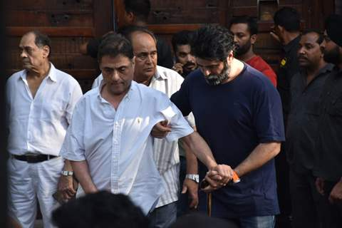 Harry with son Harman Bajewa pay's his last respects to Veeru Devgan