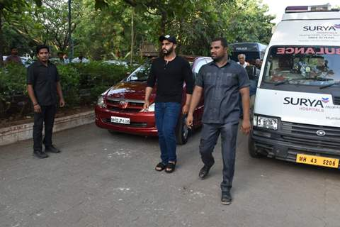 Arjun Kapoor pay's his last respects to Veeru Devgan
