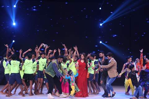 Madhuri Dixit, Arjun Bijlani, Tushar Kalia, Shashank Khaitan on the sets of Dance Deewane