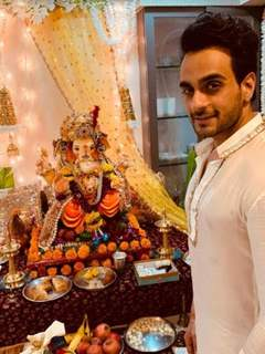 Angad Hasija welcomes Ganpati at his house