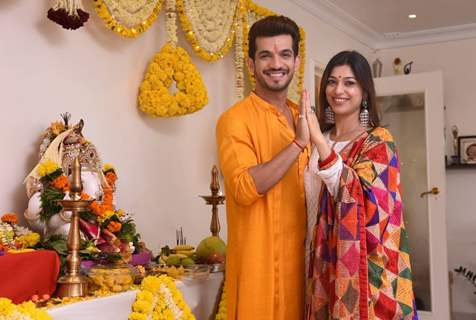 Arjun Bijlani- Neha Swami welcomes Ganpati at their house