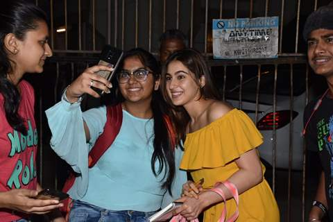 Sara Ali Khan snapped clicking selfies with fans