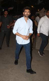 Kartik Aaryan snapped outside Siddhi Vinayak temple