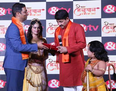 Manoj Tiwari seeks belssings from Bal Hanuman at the conference of Kahat Hanuman Jai Shri Ram
