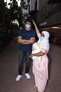 Sonu Sood spotted helping the needy outside his residence!