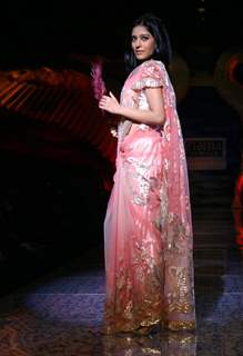 Bollywood actress Amrita Rao showcasing designer Suneet Verma''s creation at the Wills Lifestyle India Fashion week in New Delhi on Tuesday 27 Oct 2009