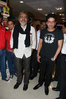 Prakash Jha and Manoj Bajpai at Raajneeti DVD launch at Reliance Trends, Bandra