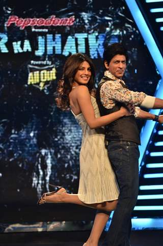 Shah Rukh Khan and Priyanka Chopra at Zor Ka Jhatka press meet. .