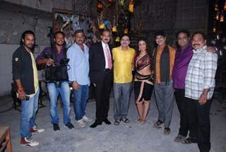 Aarti Chhabria with the cast and crew of Marathi film Khotarde Mele