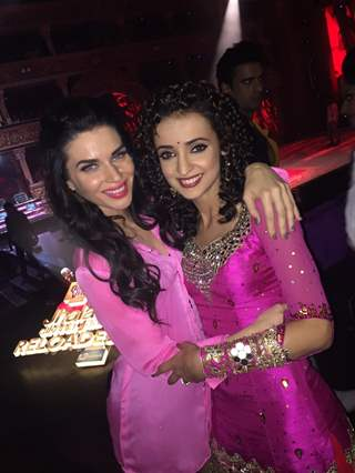 Sacrlett Wilson and Sanaya Irani on Jhalak Dikhla Jaa 8